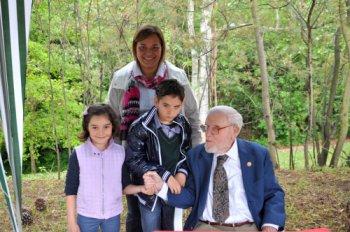 Simone, con la mamma Claudia e la sorella Carolina, insieme a Glenn Doman