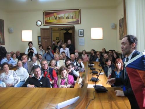 Ferruccio Guidi, uno dei bambini cerebrolesi cresciuti nei programmi Doman, oggi professore, saluta il pubblico alla Festa dei 25 anni degli Istituti a Fauglia, maggio 2012