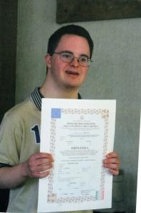 Франческо с гордостью демонстрирует свой диплом и то, что предсказание Гленна сбылось