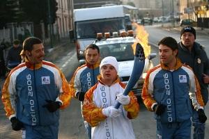 Франческо несет олимпийский факел на церемонии открытия Олимпийских игр в Торино, 2006 год